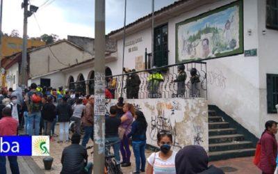 Por desinformación ciudadanos se acercan a la Alcaldía de Suba para reclamar ayudas