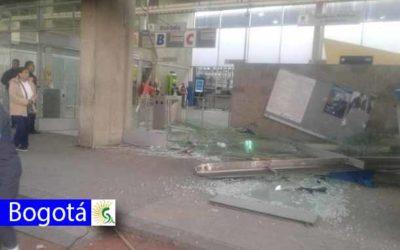 Fuertes vientos arrasaron tejas y ventanales en el portal 20 de julio en el sur de Bogotá