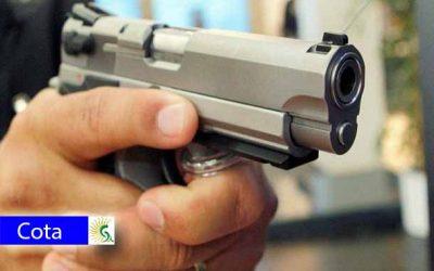 Un guarda de seguridad y un efectivo de la Sijín resultaron heridos a cuchillo en la vía Siberia Cota