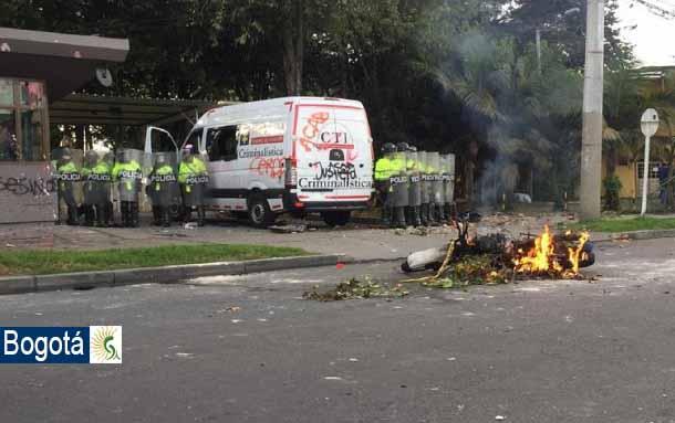 Habitantes del barrio Villa Luz, en Bogotá, están destruyendo el CAI y el carro del CTI