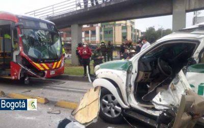 Una patrulla de la policía choca con un Transmilenio y causa terrible accidente