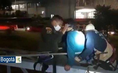 Patrullero evitó que una mujer se suicidara lanzándose de un puente en el centro de Bogotá